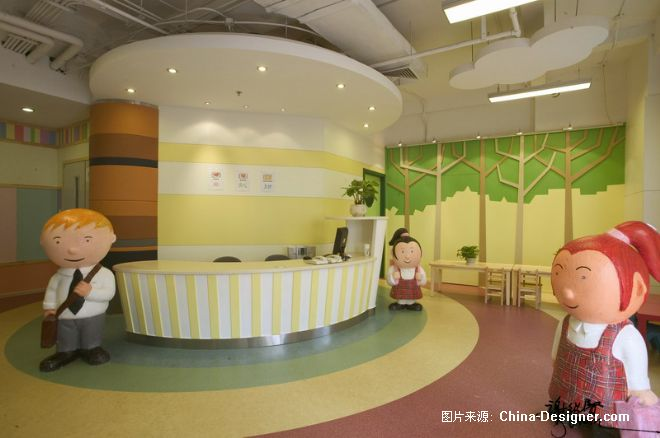 A、作品对城市需求与价值的独特挖掘角度: 幼儿园是一个愉快的童话王国。甚至它是位在北京商业中心(CBD)中心的万达广场 B、作品在环境风格上的设计创新点: 在这童话王国里是色彩缤纷的。这缤纷又是有条不紊的,整合了几种色彩,一点也不乱 C、作品在空间布局上的设计创新点: 走道与课堂全面干净的布局,如此小孩的展品就有完美的平台了。 D、作品在设计选材上的设计创新点: 运动馆与剧场就活泼中又有规序 E、作品在投入运营后的出众效果与评价: 相应的方块,可顺利的排阵,有规矩始成方圆。
